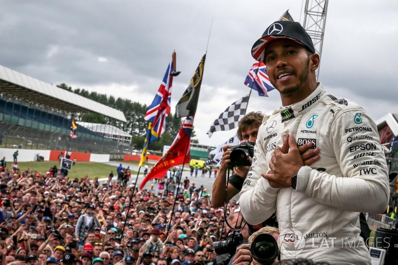 Ganador de la carrera Sam Bird, DS Virgin Racing Lewis Hamilton, Mercedes AMG F1 celebra con los fans