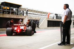 Исполнительный директор McLaren Technology Group Зак Браун смотрит на McLaren MCL32 Стоффеля Вандорна
