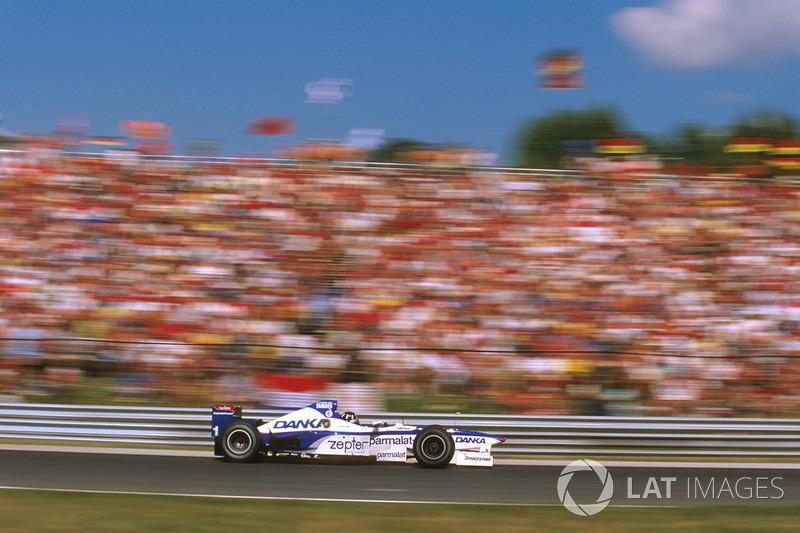 O inglês, campeão de 96, havia deixado a Williams para reconstruir sua carreira em uma equipe diferente. Até então, os resultados vinham sendo discretos.