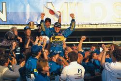Победитель и чемпион мира пилот Benetton Михаэль Шумахер празднует титул с Флавио Бриаторе и командой