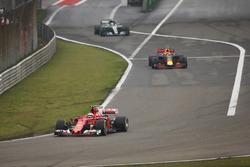 Kimi Raikkonen, Ferrari SF70H, lidera a Max Verstappen, Red Bull Racing RB13 y Valtteri Bottas, Mercedes AMG F1 W08