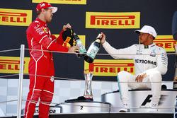 Podium : le deuxième, Sebastian Vettel, Ferrari, le vainqueur Lewis Hamilton, Mercedes AMG F1