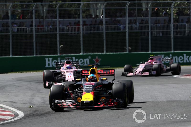 Ocon estava preso atrás de Pérez com pneus mais novos, sendo que ambos perseguiam de perto Daniel Ricciardo, que andava em terceiro.