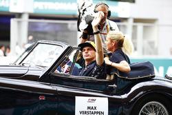 Max Verstappen, Red Bull Racing, est filmé lors de la parade des pilotes