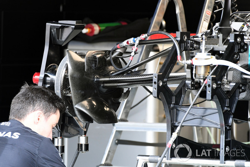 Mercedes-Benz F1 W08  front suspension and wheel hub detail