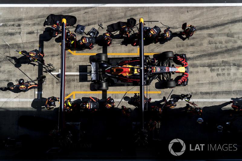 Daniel Ricciardo, Red Bull Racing RB14, repart après son arrêt au stand
