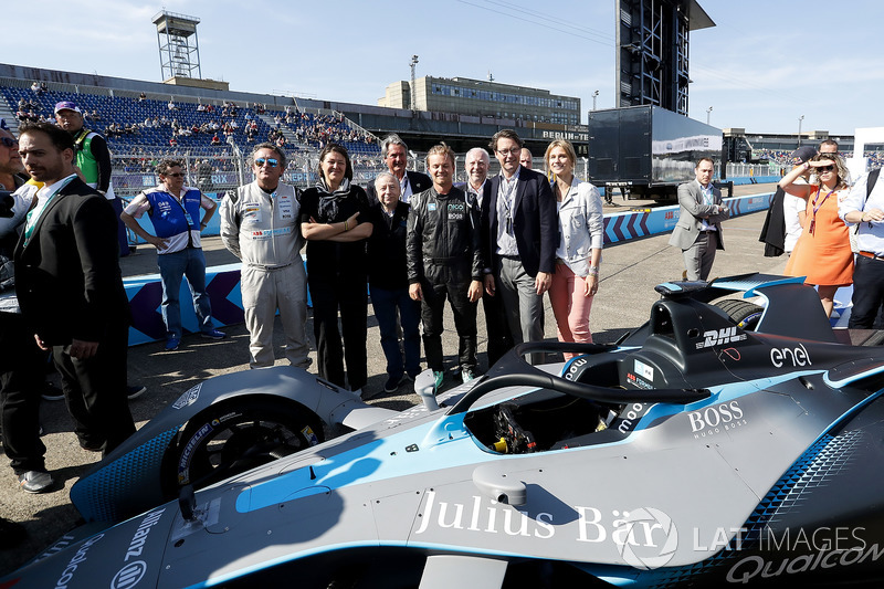 Presiden FIA, Jean Todt, pendiri Formula E, Alejandro Agag, Nico Rosberg, kampiun Formula 1, investor Formula E berfoto di depan mobil baru