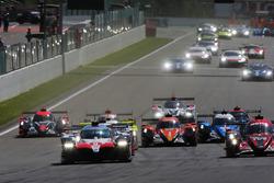 #8 Toyota Gazoo Racing Toyota TS050: Sébastien Buemi, Kazuki Nakajima, Fernando Alonso, leads at the start