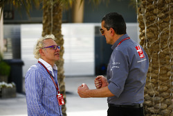 Guenther Steiner, director del equipo, Haas F1, habla con Jacques Villeneuve