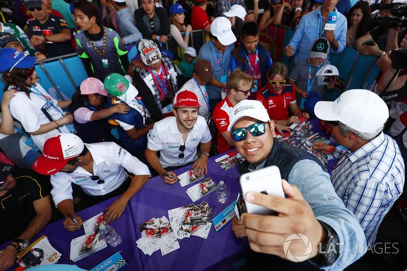 Daniel Abt, Audi Sport ABT Schaeffler, posa para una selfie con un fan