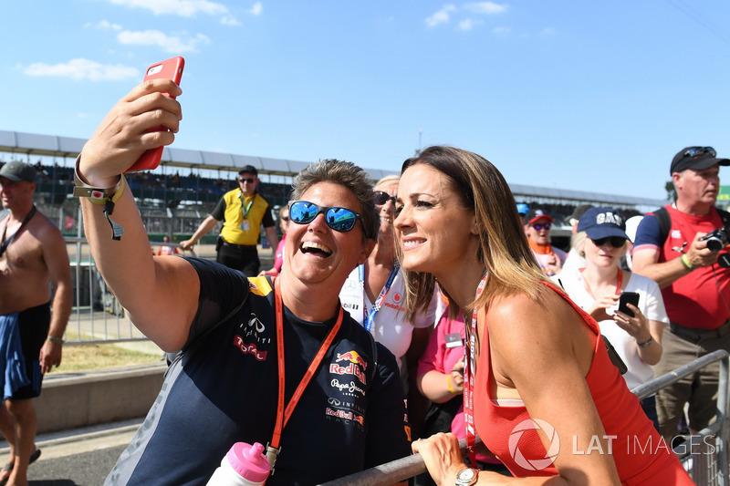 Natalie Pinkham, Sky TV avec des fans