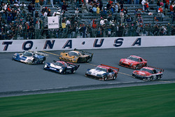 Bandera a cuadros para Masahiro Hasemi, Kazuyoshi Hoshino, Toshio Suzuki, Nissan Motorsports Nissan