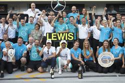 Валттері Боттас, Mercedes AMG F1, переможець гонки Льюіс Хемілотон, Mercedes AMG F1, та команда Mercedes святкують перемогу
