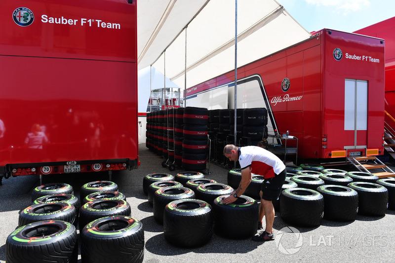 Mekanik Sauber dan ban Pirelli