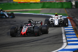 Romain Grosjean, Haas F1 Team VF-18, delante de Charles Leclerc, Sauber C37