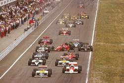 Stefan Johansson, Ferrari F186 gaat schuin na een touché met Philippe Alliot, Ligier JS27 Renault bij de start en raakt bijna Teo Fabi, Benetton B186 BMW