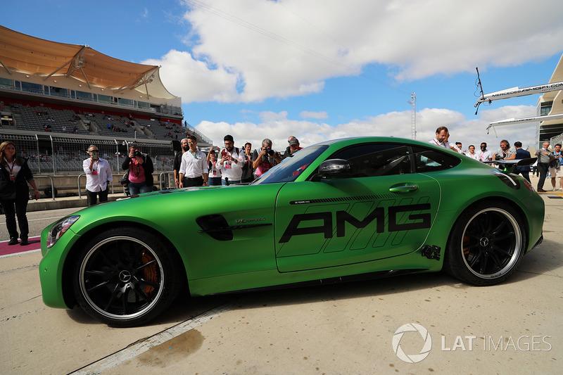 conduce un Mercedes SLS alrededor de la pista con Usain Bolt en el asiento del pasajero
