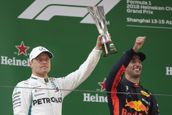 Valtteri Bottas, Mercedes AMG F1, 2nd position, with his trophy, alongside Daniel Ricciardo, Red Bull Racing, 1st position