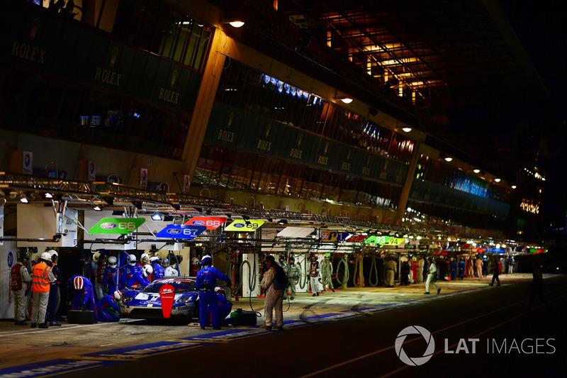 #68 Ford Chip Ganassi Racing Ford GT: Joey Hand, Dirk Müller, Sébastien Bourdais, pit stop