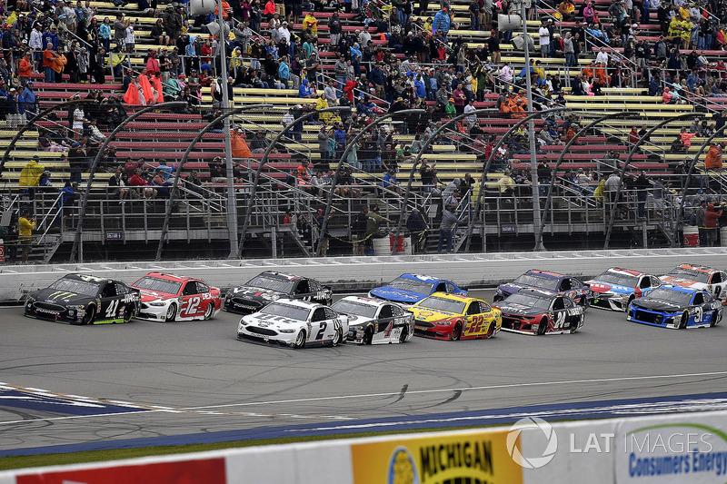 Kurt Busch, Stewart-Haas Racing, Ford Fusion Monster Energy / Haas Automation e Brad Keselowski, Team Penske, Ford Fusion Miller Lite
