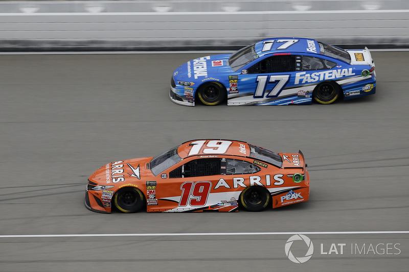 Daniel Suarez, Joe Gibbs Racing, Toyota Camry ARRIS, Ricky Stenhouse Jr., Roush Fenway Racing