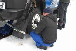Механік АТ Ралі тім перевзуває Toyota Леоніда Полійчук та Андрія Солопова