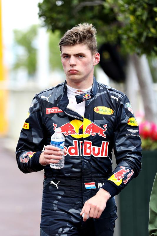 Max Verstappen, Red Bull Racing camina hacia los pits