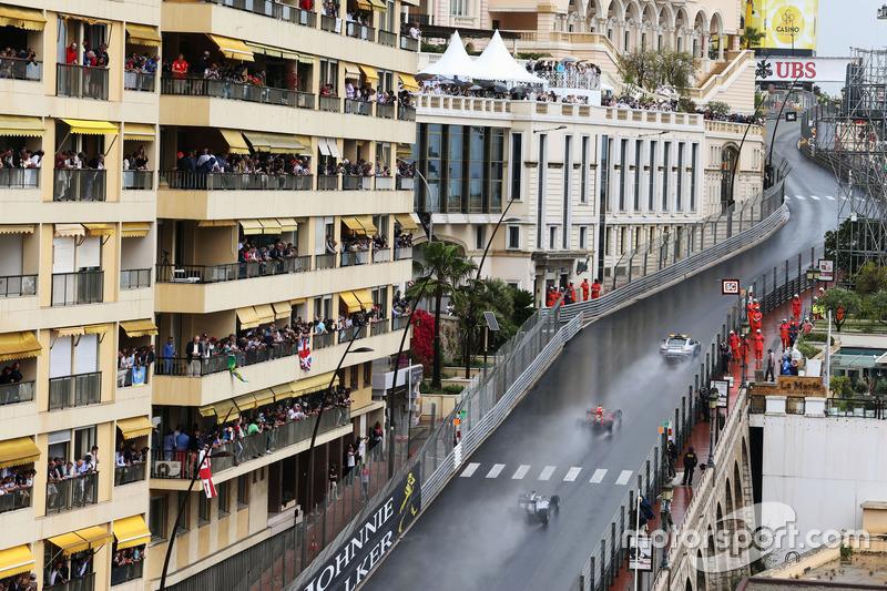 Daniel Ricciardo, Red Bull Racing RB12 al comando dietro alla Safety Car FIA