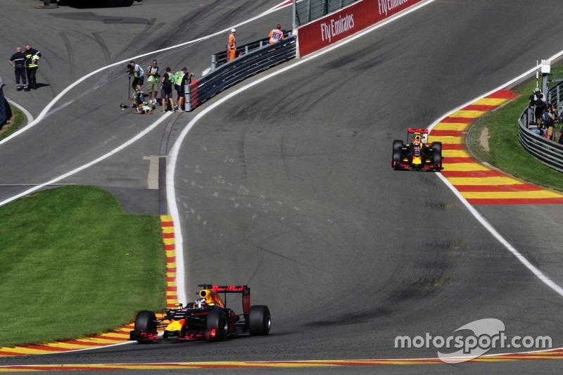 Daniel Ricciardo, Red Bull Racing RB12 precede il compagno di squadra Max Verstappen, Red Bull Racing RB12