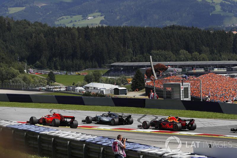 Lewis Hamilton, Mercedes-AMG F1, Kimi Raikkonen, Ferrari SF71H