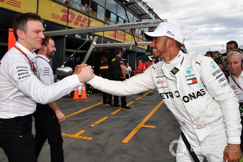 Ganador de la pole Lewis Hamilton, Mercedes-AMG F1 celebra en parc ferme con James Allison, Mercedes AMG F1 director técnico
