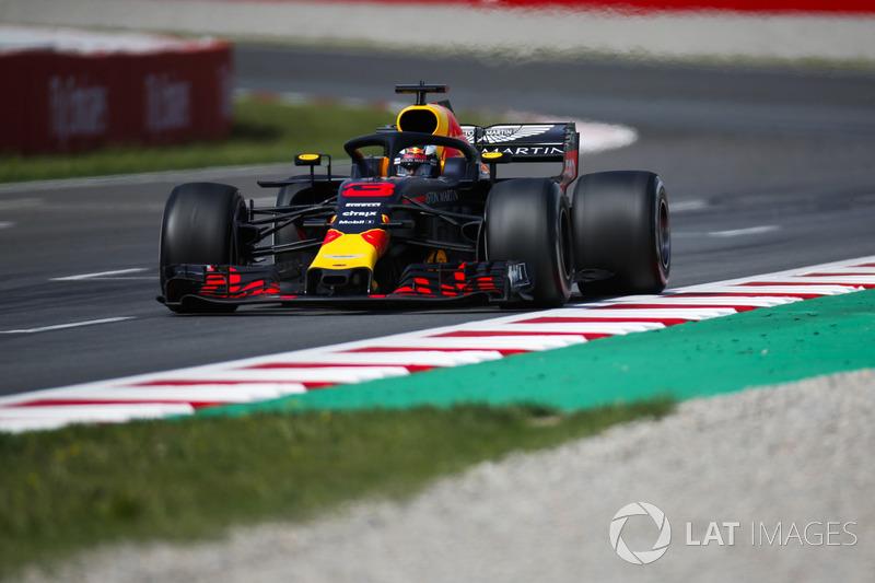 """Daniel Ricciardo: """"Estava um pouco complicado de guiar. Eu era rápido quando conseguia juntar tudo, mas era fácil cometer erros, uma faca de dois gumes. Se você tivesse sorte, você poderia fazer uma grande volta, mas em outras quatro eu não tinha aderência"""