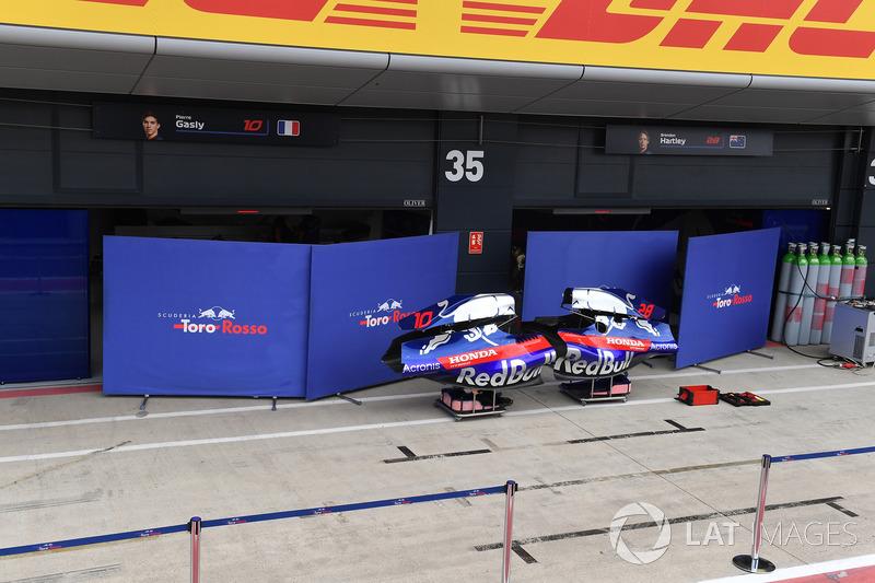 Cofani motore della STR13 e paravento fuori dal garage della Scuderia Toro Rosso