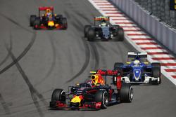 Daniil Kvyat, Red Bull Racing RB12, Marcus Ericsson, Sauber C35, Sergio Perez, Force India VJM09