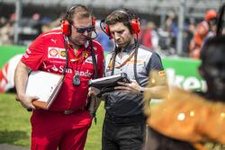 Гоночный инженер Ferrari Дэйв Гринвуд и инженер Pirelli