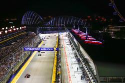 Emocionante acción de la carrera a medida que los autos avanzan por la recta principal