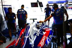 Los ingenieros de Toro Rosso trabajan en el automóvil de Brendon Hartley, Toro Rosso STR13