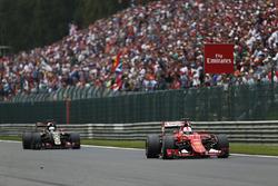 Sebastian Vettel, Ferrari SF-15T, lidera a Romain Grosjean, Lotus E23 Mercedes