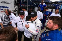 Chip Ganassi y Richard Westbrook celebran su doblete con los miembros del equipo Chip Ganassi Racing