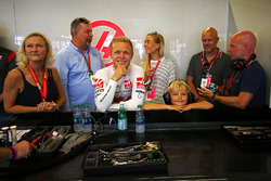 Kevin Magnussen, Haas F1 Team VF-17 with family including father Jan Magnussen