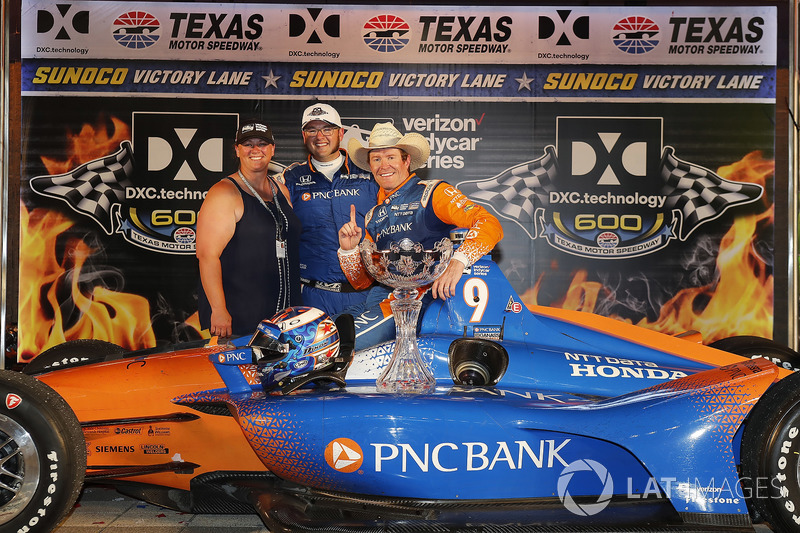 Scott Dixon, Chip Ganassi Racing Honda celebrates in victory lane with crew member