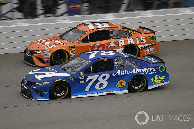 Martin Truex Jr., Furniture Row Racing, Toyota Camry Auto-Owners Insurance e Daniel Suarez, Joe Gibbs Racing