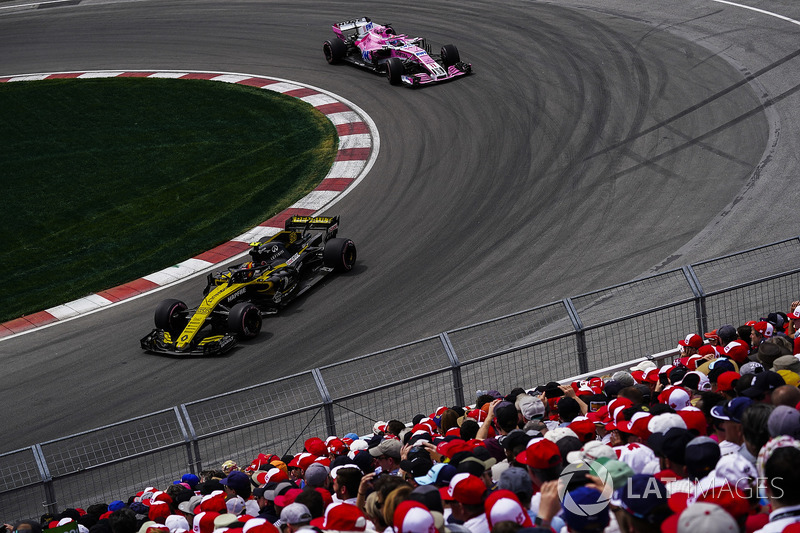 Carlos Sainz Jr., Renault Sport F1 Team R.S. 18, precede Sergio Perez, Force India VJM11