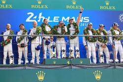 Podio LMGTE Pro: i vincitori Michael Christensen, Kevin Estre, Laurens Vanthoor, Porsche GT Team, al secondo posto Richard Lietz, Gianmaria Bruni, Frédéric Makowiecki, Porsche GT Team, al terzo posto Joey Hand, Dirk Müller, Sébastien Bourdais, Ford Chip Ganassi Racing