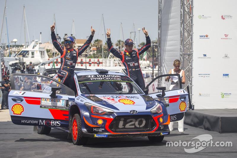 Los ganadores Thierry Neuville, Nicolas Gilsoul, Hyundai Motorsport Hyundai i20 Coupe WRC