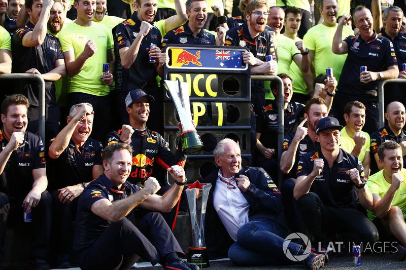 Le vainqueur Daniel Ricciardo, Red Bull Racing, Jonathan Wheatley, Team Manager, Red Bull Racing, Christian Horner, Team Principal, Red Bull Racing, Helmut Markko, Consultant, Red Bull Racing, Max Verstappen, Red Bull Racing, et l'équipe fêtent la victoire