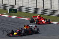 Max Verstappen, Red Bull Racing RB14 Tag Heuer, leads Kimi Raikkonen, Ferrari SF71H