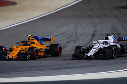 Stoffel Vandoorne, McLaren MCL33 Renault, battles with Lance Stroll, Williams FW41 Mercedes