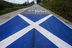Un drapeau écossais sur la route