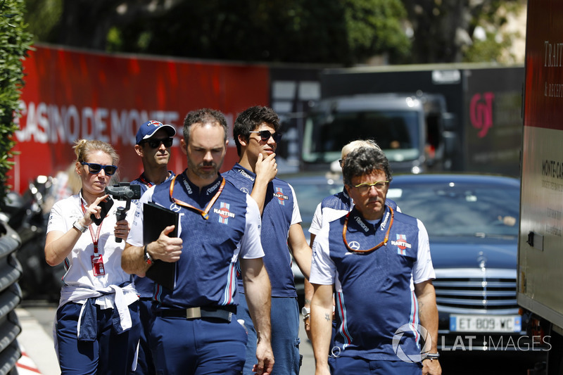 Lance Stroll, Williams Racing,, cammina lungo il circuito